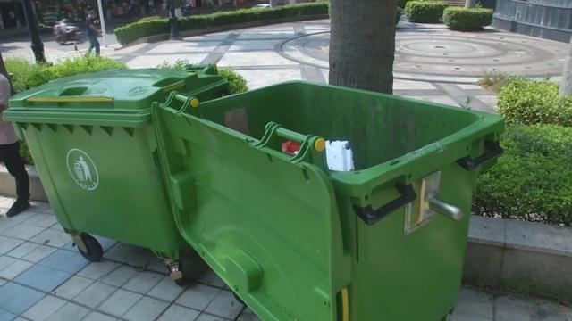 一市民愤怒地将路边垃圾桶踢倒在地!怎么回事?